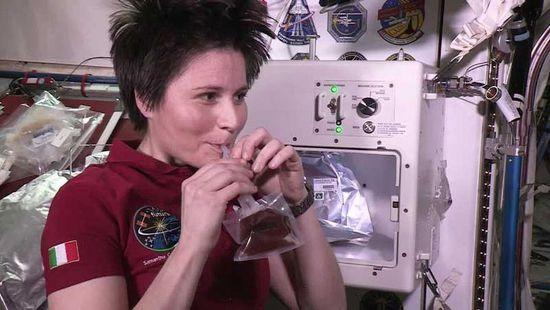 宇航员在太空里如何享受一杯咖啡?