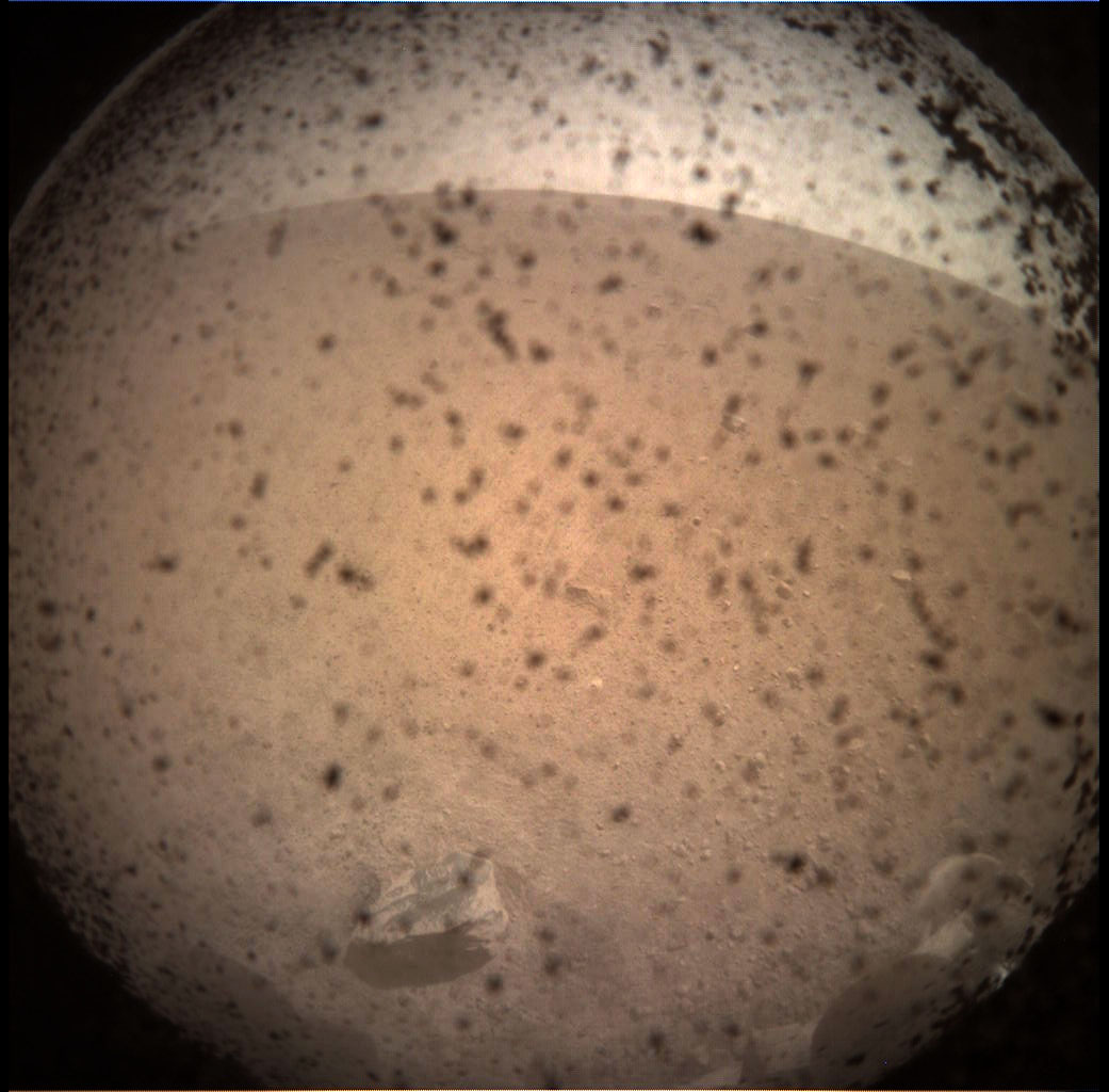 """""""洞察号""""(InSight)探测器通过与其同行的迷你卫星传回了火星的第一张照片"""